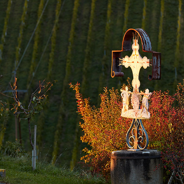 View to the cross in front of the hotel Pössnitzberg